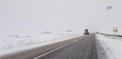 Van'da kar yağışı ve sis sürücülere zor anlar yaşat