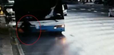 Yaşlı kadın otobüsün altında can verdi!