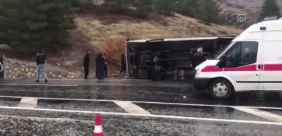 Yolcu otobüsü devrildi: 2 ölü, 18 yaralı