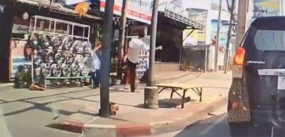 Yolda yürüyen çocuğa yaptığına bakın!