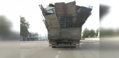 Yük dolu kamyon yürekleri ağza getirdi