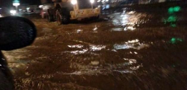 Sel suları araçları sürükledi