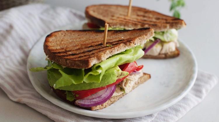 Tavuk ve avakadolu sandviç tarifi