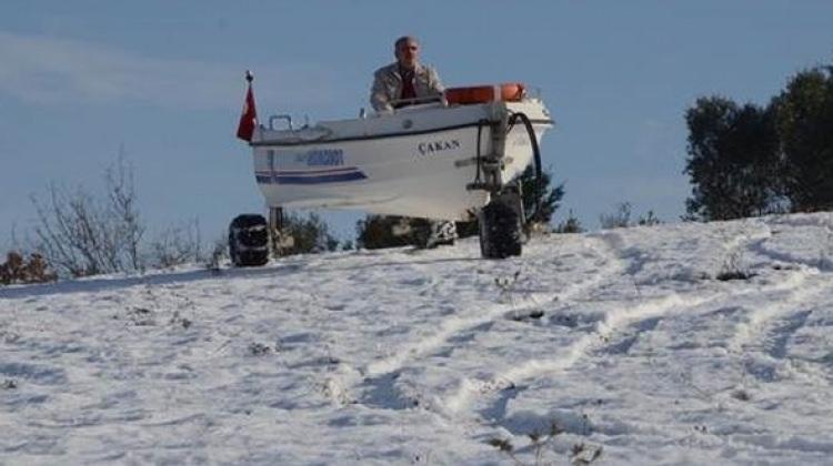 Bunu da gördük! Kar üstünde tekneyle gezdi