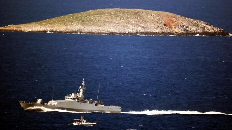 Türk savaş gemisi bir anda önünü kesip...