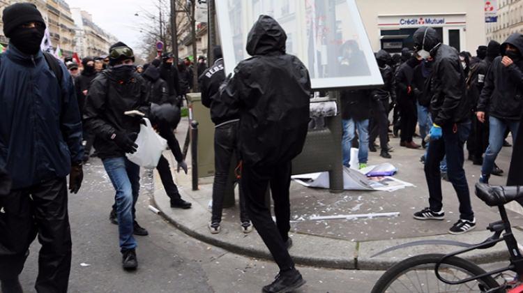 Paris'te polis şiddetine karşı protesto!