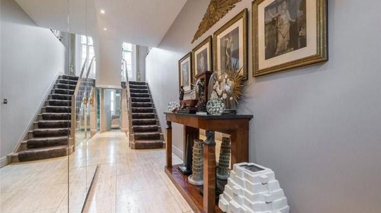 İngiliz modacı Patrick Cox evini satışa çıkardı