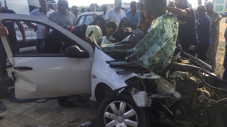 İzmir haberleri İzmir'de otomobil ağaca çarptı: 1 ölü, 1 yaralı - 16 Haziran 2017