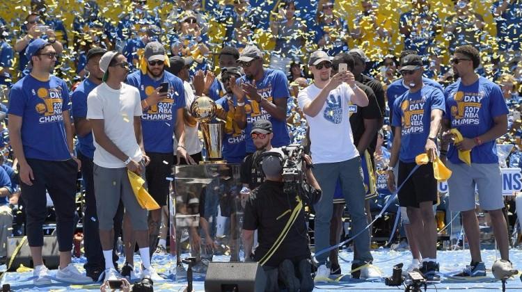 Golden State şampiyonluğu doyasıya kutladı