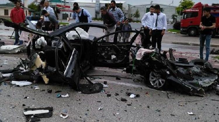 Otomobil, yolcu otobüsünün altına girdi: 1 ölü