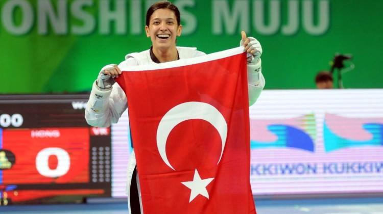ABD'li rakibini devirdi, dünya şampiyonu oldu!