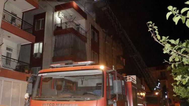 Yangında mahsur kalan çocuğu komşuları kurtardı