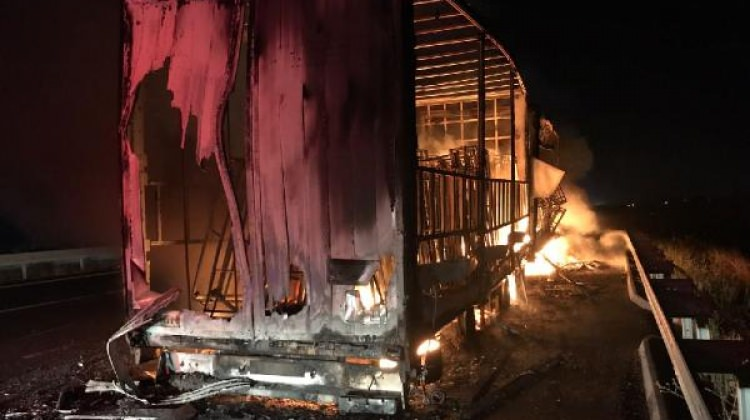 Bursa'da mobilya yüklü TIR yandı