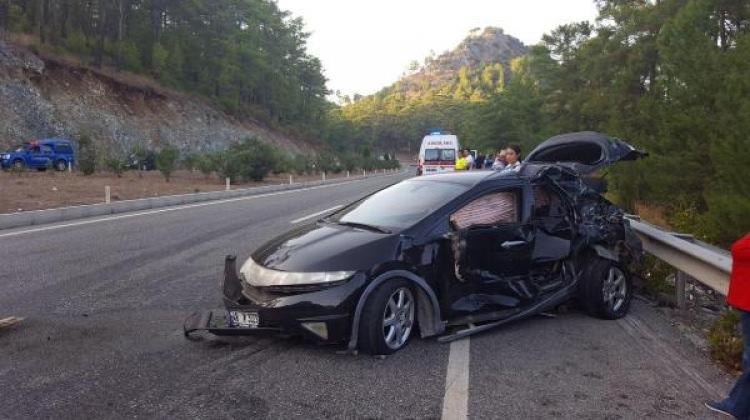 Minibüsle otomobil çarpıştı: 10 kişi yaralandı