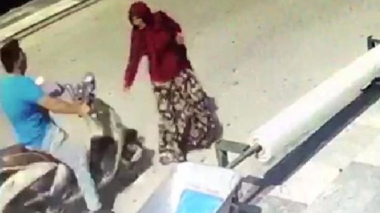 Ters yönde çarptığı kadını bırakıp kaçtı