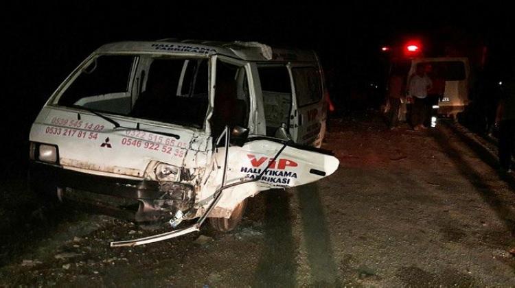 Minibüs ile kamyonet çarpıştı: Yaralılar var!