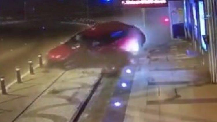 Hızını alamayan araç tramvay durağına böyle girdi!