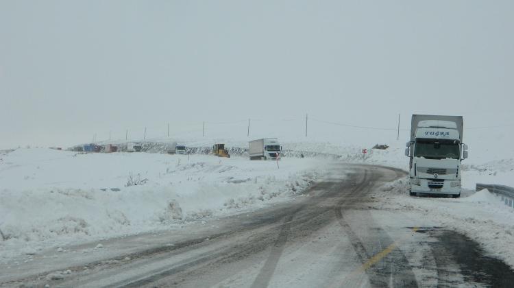 Kar ve tipi yolları kapattı! Onlarca tır mahsur