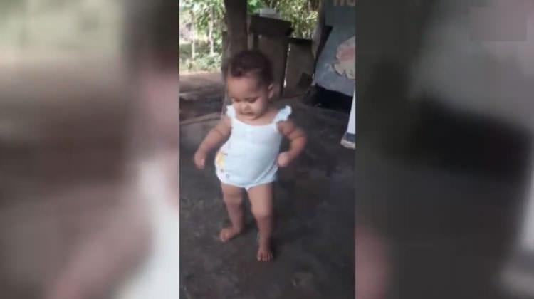 Müziğe kendini kaptıran minik bebek