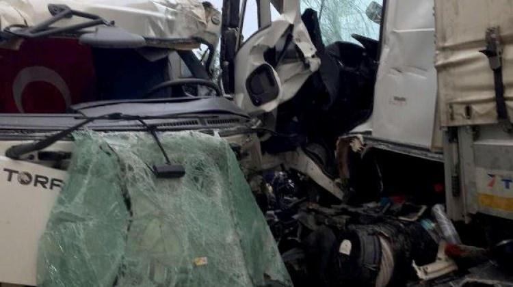 TIR ile kamyon kafa kafaya çarpıştı: 2 yaralı
