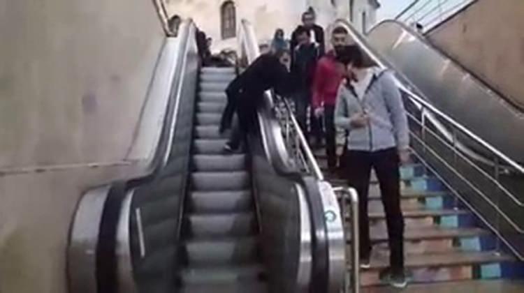 Yürüyen merdivende mahsur kaldı!