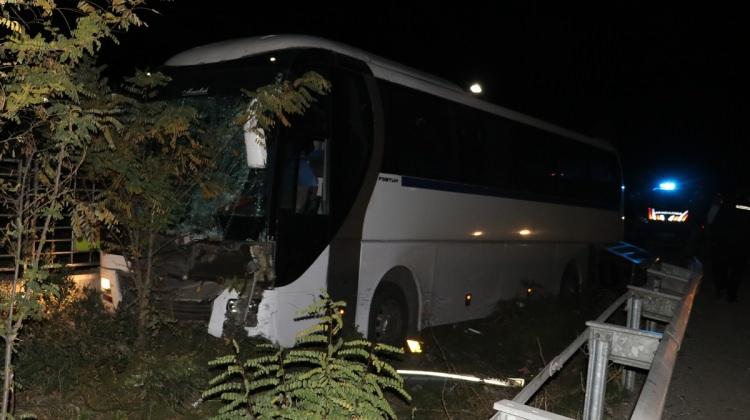 Manisa haberleri Manisa'da servis otobüsü ile otomobil çarpıştı - 15 Kasım 2017