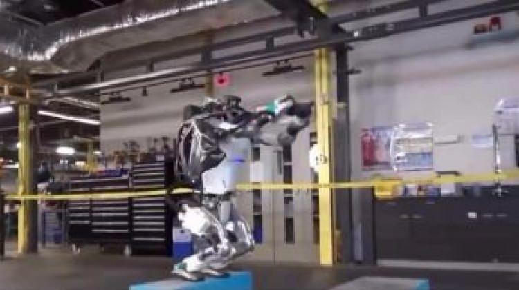 Dünyanın konuştuğu robot Atlas takla da atıyor!