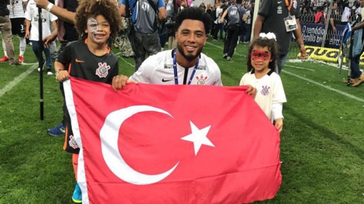 Şampiyonluğu Türk bayrağıyla kutladı