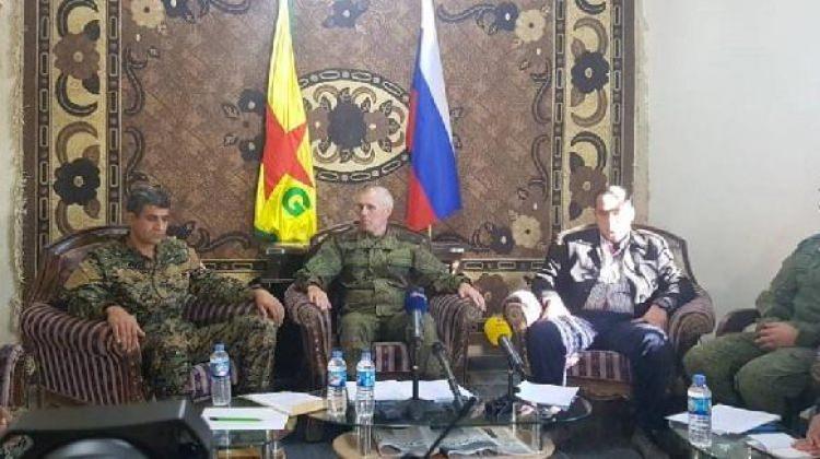 Skandal kare! Rus general ve YPG'liler yan yana
