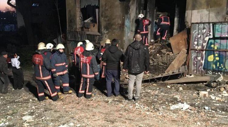 Beyoğlu'nda metruk bina çöktü: 1 ölü