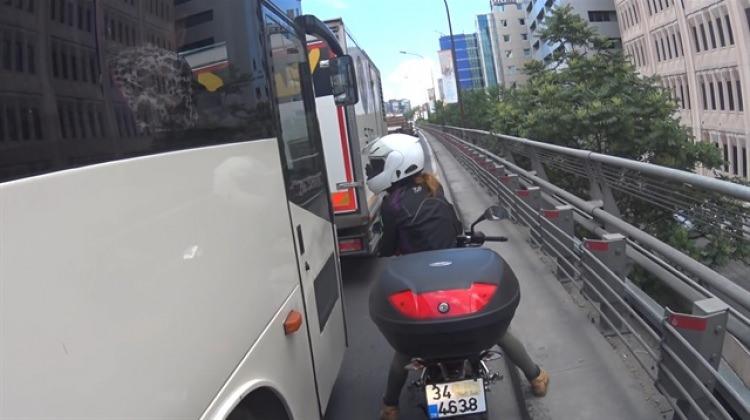 Kadın motorcudan minibüsçüye ayar!
