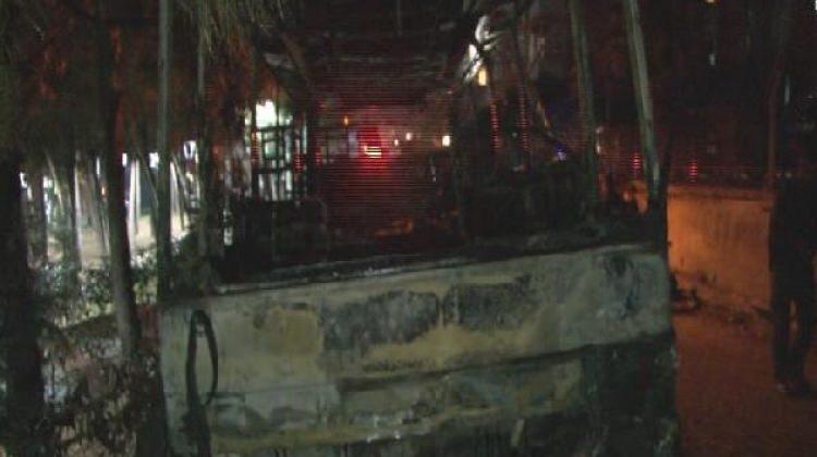 Ümraniye'de park halindeki midibüs yandı