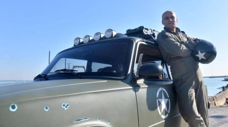 Otomobilini, hayalindeki askeri araca çevirdi