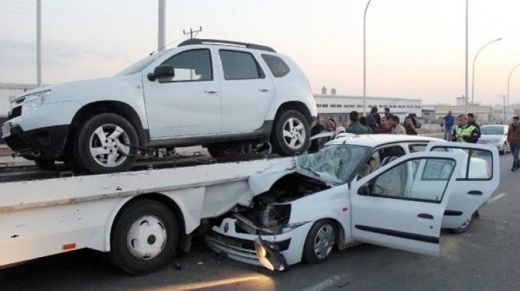 Otomobil, çekicinin altına girdi: 5 yaralı