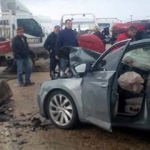 Kazada yola savrulan yazı dikkat çekti