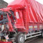 İki kamyon kafa kafaya çarpıştı:  5 yaralı