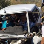 Otomobilde sıkışan 2 kişiyi itfaiye kurtardı