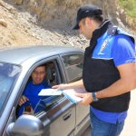 Hakkari'de polis broşür dağıttı