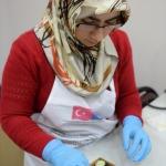 Kadınlar çikolata üretimini öğreniyor