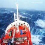 Geminin dev dalgalarla mücadelesi nefes kesti