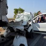 Hafif ticari araç park halindeki tıra çarptı: 3 ölü