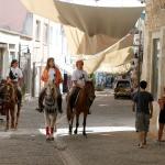 """""""Urla'nın atçı kızları"""" her yere atlarıyla gidiyor"""