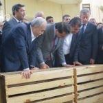 Katarlı bakanı heyecanlandıran hediye! Böyle baktı