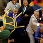 Meclisteki kavgada vekiller birbirine girdi