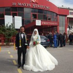 Genç çift düğünden önce tribüne koştu