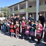 Velileriyle köy meydanında kitap okudular