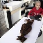 Lösemili çocuklar için oğlunun saçını bağışladı
