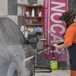 Araçların seramik kaplamasında kadın eli