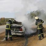 Kocaeli'de seyir halindeki otomobil alev aldı