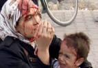 Acısını unutup oğlunu sakinleştirdi